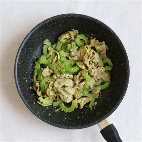 ④水気を切ったゴーヤを加えてさっと炒めたら、ターメリック、ガラムマサラ、塩、こしょう(又はカレー粉)で味付けをして完成。